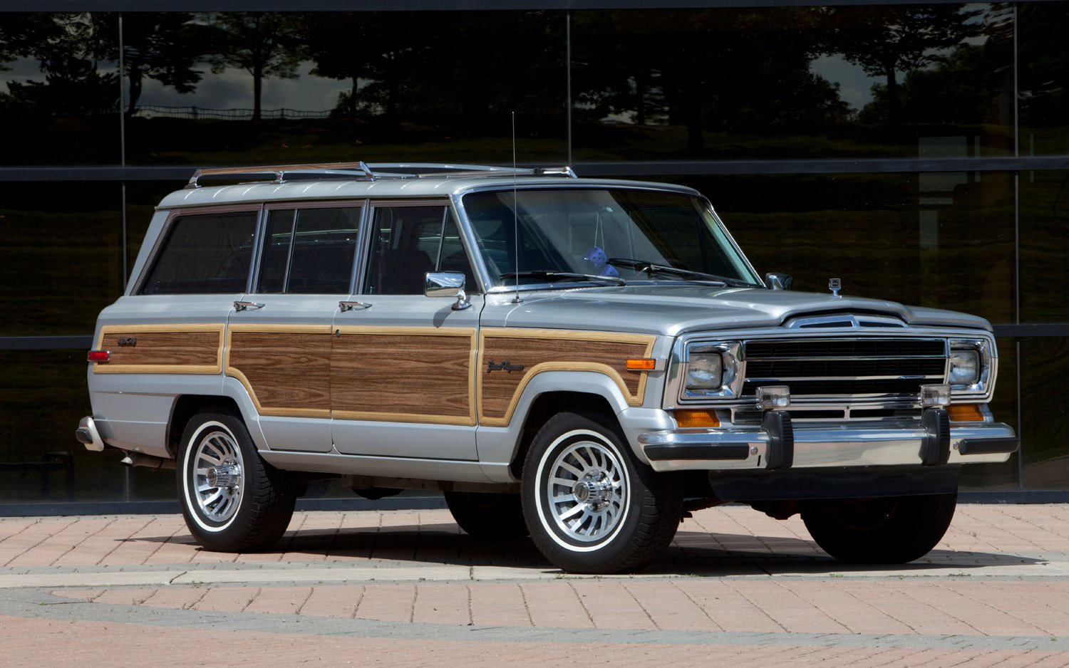 Jeep wagoneer photo - 3