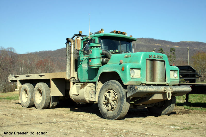 Mack r-series photo - 2