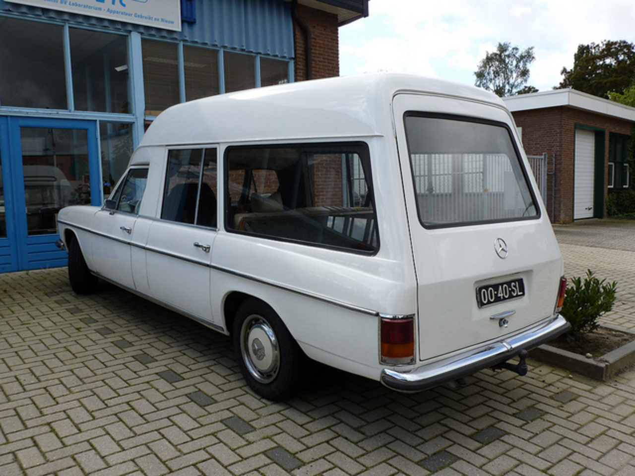 Mercedes-benz 2216 photo - 2